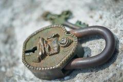 古老印地安关键锁,绿色与年龄 免版税库存图片