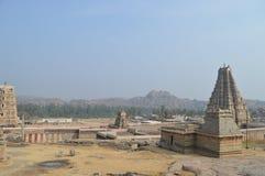 从古老印度的古庙由石头制成横跨浩大的区域传播 库存照片