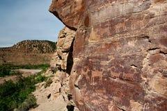古老印第安刻在岩石上的文字 免版税库存图片