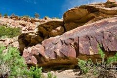 古老印第安刻在岩石上的文字 库存照片