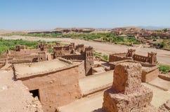 古老历史黏土镇助手争论者和其他电影被摄制的本Haddou,摩洛哥,北非 免版税库存照片