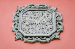 古老古老雕象狮子和一把剪刀的标志在一个房子的墙壁上的其中一条的利沃夫州街道  库存照片
