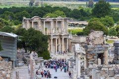 古老古色古香的市的废墟以弗所Celsus图书馆建筑,圆形剧场寺庙和专栏 候选人f 免版税图库摄影
