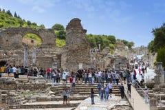 古老古色古香的市的废墟以弗所Celsus图书馆建筑,圆形剧场寺庙和专栏 候选人f 库存图片