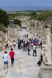 古老古色古香的市的废墟以弗所Celsus图书馆建筑,圆形剧场寺庙和专栏 候选人f 库存照片