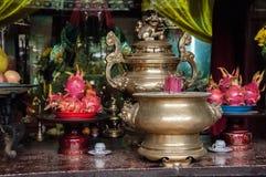 古老古铜色花瓶和香火在越南 图库摄影