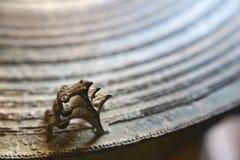 古老古铜色鼓表面上的三只青蛙  青蛙鼓 免版税库存图片