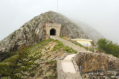古老台阶和隧道在Lovcen山 免版税图库摄影