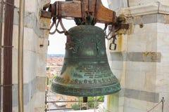 古老响铃在斜塔顶部在比萨,意大利 免版税库存图片