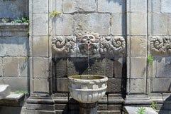 古老喷泉在波尔图 库存图片