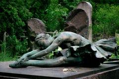 古老土窖在芭蕾舞女演员Alla Gerasimchuk的坟墓的纪念碑 免版税库存照片
