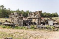 古老土窖的废墟在大墓地 库存图片