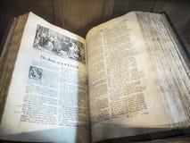 古老圣经在圣Mary's下面的Alderley的彻斯特教区教堂里 库存图片