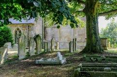 古老在英国村庄看见的教会和公墓 免版税库存照片