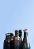 古老在蓝色背景的设计玻璃瓶 五颜六色的年迈的肮脏的flacon集合 复制空间,垂直的照片 免版税库存图片