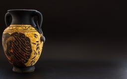 古老在黑背景的葡萄酒希腊花瓶与文本的空间 库存图片