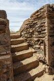 古老地窖向步墙壁扔石头 免版税库存照片