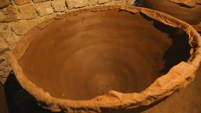 古老地窖看法有巨大的黏土大桶的,酒生产,传统 股票视频
