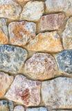 古老坎坷石墙 砂岩石制品  多色纹理 免版税图库摄影