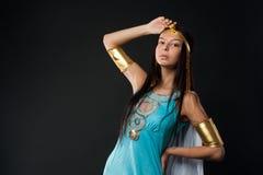 古老埃及人帕特拉角色的可爱的女孩 免版税库存照片