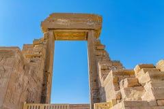 古老埃及寺庙阿门镭在有专栏和美丽的浅浮雕法老王的崇拜的卢克索 免版税库存照片