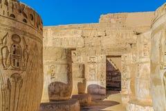 古老埃及寺庙阿门镭在有专栏和美丽的浅浮雕法老王的崇拜的卢克索 免版税库存图片