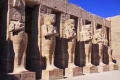 古老埃及雕象在卡纳克神庙在卢克索附近的寺庙庭院里 免版税库存照片
