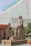 古老埃及雕象在开罗博物馆的庭院里一个现代大厦的背景的 免版税库存照片