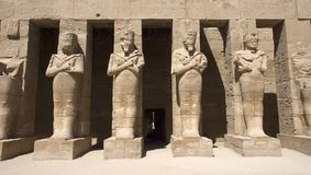 古老埃及karnak雕象寺庙旅行 免版税库存图片