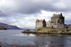 古老城堡在风雨如磐的天空下 库存照片