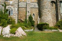 古老城堡墙壁与台阶和窗口的 库存照片