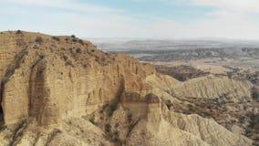 古老堡垒修道院在山4K史诗寄生虫飞行高加索小山的山桑迪锋利的峡谷和 股票视频