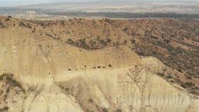 古老堡垒修道院在山4K史诗寄生虫飞行高加索小山的山桑迪锋利的峡谷和 股票录像