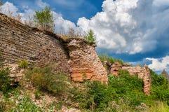 古老堡垒墙壁废墟在Oreshek的 免版税库存照片