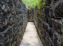 古老堡垒石隧道在猫Ba海岛的 免版税库存照片
