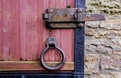 古老堡垒门 门由有金属元素的委员会做成 圆的把柄,锁 免版税库存照片