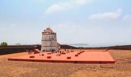 古老堡垒Aguada和灯塔在果阿,印度在17世纪被修造了 免版税库存图片