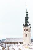 古老塔在市塔林在冬天 免版税库存图片
