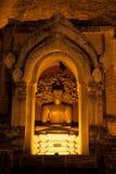 古老塔的金黄坐的菩萨在Wat Chedi Luang 库存照片