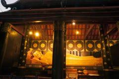 古老塔的金黄斜倚的菩萨在Wat Chedi Luang,泰国 库存照片