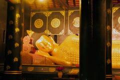 古老塔的金黄斜倚的菩萨在Wat Chedi Luang 库存照片