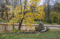 古老墓碑在12世纪大厦的教会的疆土 免版税库存图片
