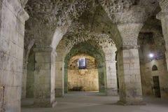 古老墙壁分裂的Diocletian宫殿,没人  库存照片