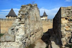 古老墙壁废墟在中世纪堡垒在霍京 库存图片