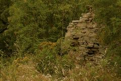 古老墙壁的遗骸在一个被放弃的村庄 免版税库存图片