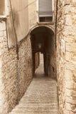 古老处所的狭窄的街道在希罗纳 免版税图库摄影