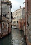 古老大厦和狭窄的运河看法在卡纳雷吉欧区,威尼斯 库存图片