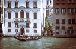 古老大厦在威尼斯 在渠道停泊的小船 Gondol 免版税库存照片