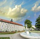 古老大厦在有喷泉和tr的一个美好的城市广场 免版税图库摄影