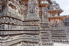 古老大厦的长城雕刻在Halebidu,印度 12世纪Hoysaleshwara寺庙 免版税图库摄影